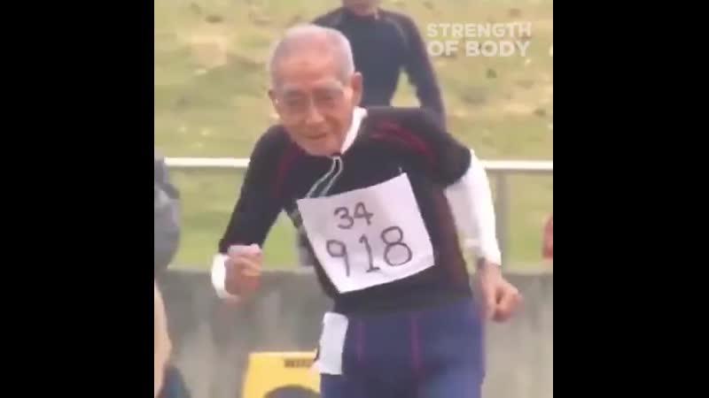 Этому дедушке 102 года, а он все еще бегает
