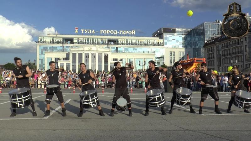 Шоу барабанщиков Brincadeira Испания Открытие Театрального дворика