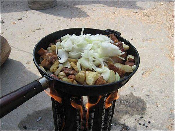 Самодельная печь за 10 минут. Даже оказавшись вдали от источников электричества и газа можно приготовить пищу на импровизированной плите. Схема создания этих самодельных печей пришла к нам из