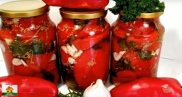 ОБАЛДЕННЫЙ ПЕРЕЦ С ЧЕСНОКОМ НА ЗИМУ . Ингредиенты:Перец болгарский 2 кг.;Вода 1 л.;Уксус 9 % 1 стакан.;Сахар 1 стакан.;Соль 2 ст.л.;Масло растительное 5 ст.л.;Черный перец горошком 5 шт.;Горчица