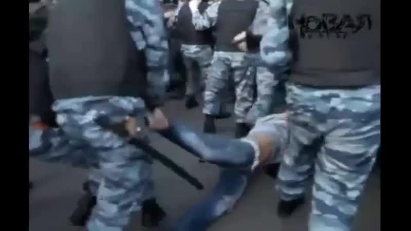 Драка ОМОНа и оппозиции на Болотной площади 6 мая (Протестное движе ( 360 X 640 ).mp4