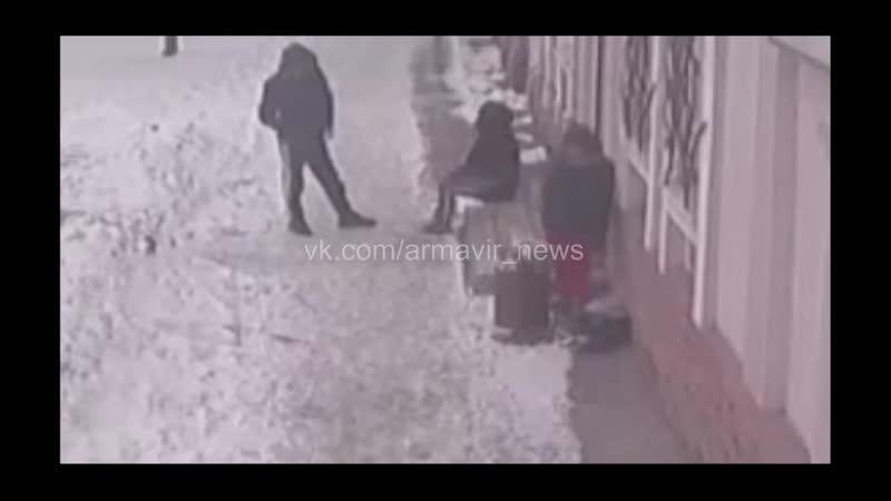 Дети потрошат мусорные урны возле кальянных в поисках электронных сигарет Армавир 24 02 21 04 02 21