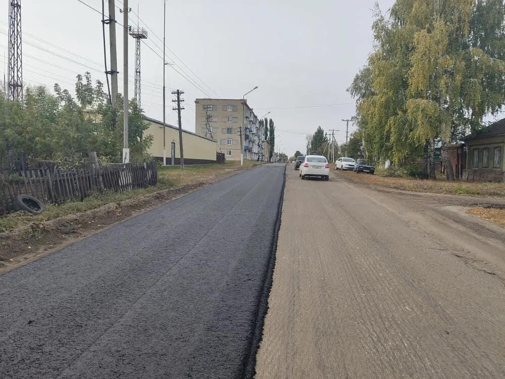 На улице Братьев Костериных идёт укладка асфальта
