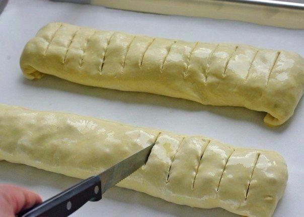 Яблочный штрудель. Ингредиенты:2 листа слоеного теста, разморозить до комнатной температуры (в идеале лучше использовать тесто фило)2-3 больших яблока (желательно кислых)1/2 чайной ложки корицы2