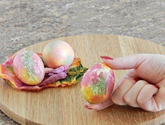 КРУТОЙ ВАРИАНТ ОКРАСКИ ПАСХАЛЬНЫХ ЯИЦ Продукты Яйца вареные - 3 шт. Красители пищевые разноцветные - 5 шт. Масло растительное * Материалы: Ёмкости одноразовые - 5 шт. Палочки ватные - 5 шт.