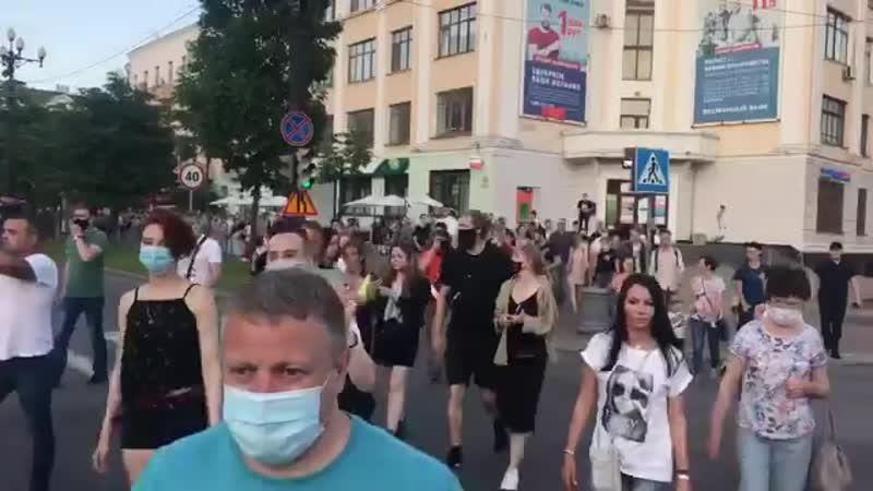 Люди вышли на дорогу и идут классическим маршрутом по центральной улице Муравьёва-Амурского
