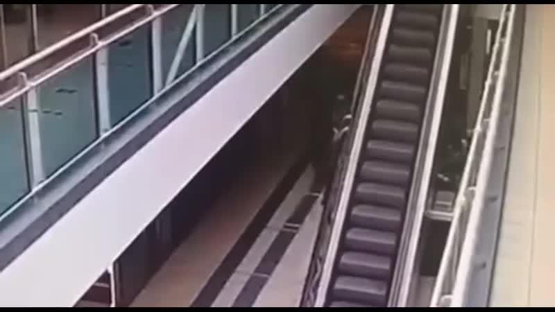 В Москве в ТЦ ребенок зацепился за поручень эскалатора