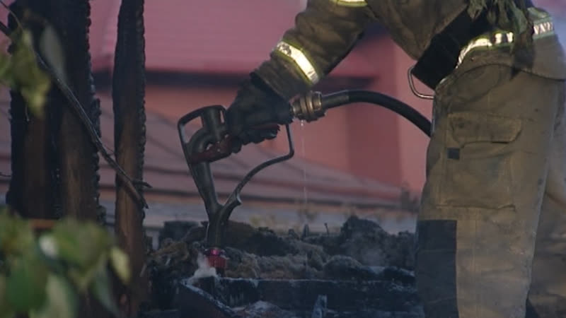 Огнеборец прикольно заправил пепелище водой как машину на АЗС Real video
