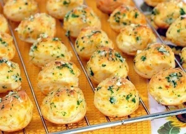Оригинальная французская закуска Что нужно: белки яичные - четыре штуки.сыр твердый - 200 грамммука пшеничная - одна столовая ложкарастительное масло - для фритюразелень петрушкиперец черный