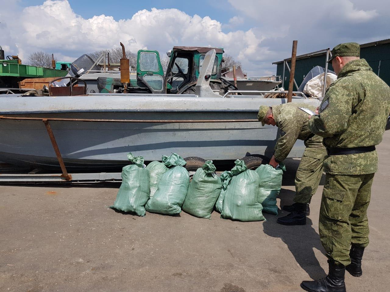 Под Таганрогом в Петрушино сотрудники погрануправления ФСБ изъяли у браконьера более 1,2 тонны рыбы. ВИДЕО