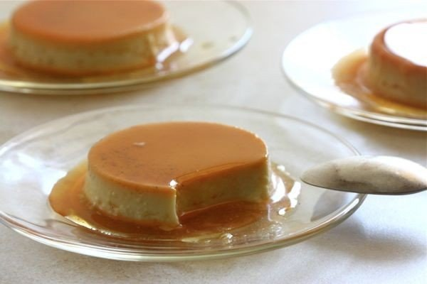 Карамельный флан Что нужно: ваниль 1/2 стручкавзбитые сливки 1.75 стаканавода 1/3 стаканажелтки 2 шт.сахар (для крема) 7 ст. л.сахар (для карамели) 1 стакансоль 1 щепоткацельное молоко 1