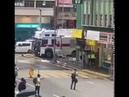 ⚫ HONG KONG ⚫ Un reporter photo violemment atteint par un tir délibéré de canon à eau de la police.