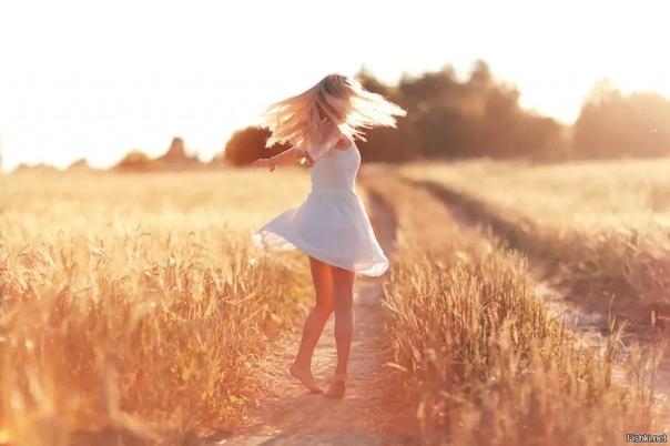 Женщина, если ты хочешь быть счастливой в своём женском теле, в своей жизни, в своей самореализации, первым делом, отцепись от идеи, какой ты должна быть женщиной