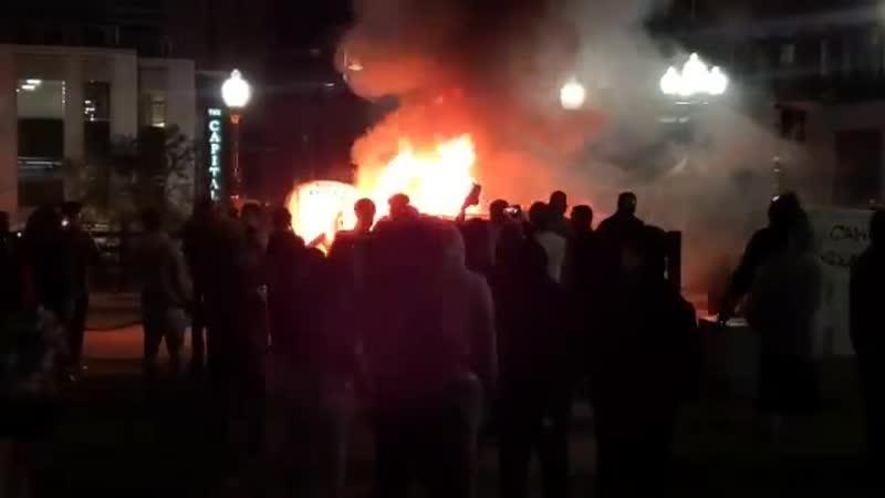 В Провиденсе Род Айленд горит полицейская машина AD