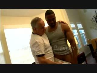 Старый дед занялся сексом с темнокожим молодым парнем гей порно секс русские анал парни gay porno геев смотреть молодые член