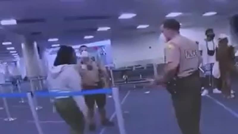 В округе Майами Дейд во Флориде новый скандал связанный с полицией белый полицейский в аэропорту ударил чернокожую женщину