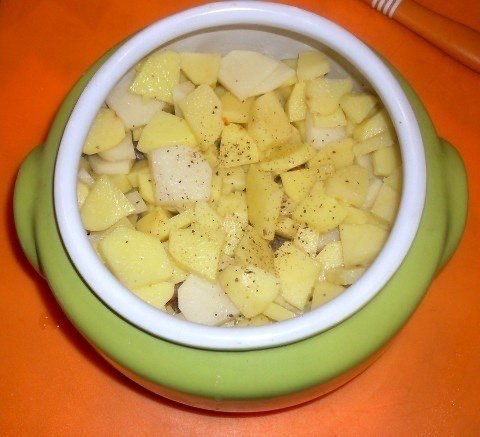 Потрясающий сытный ужин - Жаркое из сердечек с грибами в горшочке Самое простое и быстрое - это блюдо в духовке..А самое вкусное помимо выпечки - это конечно же горшочки, тем более пацаны мои
