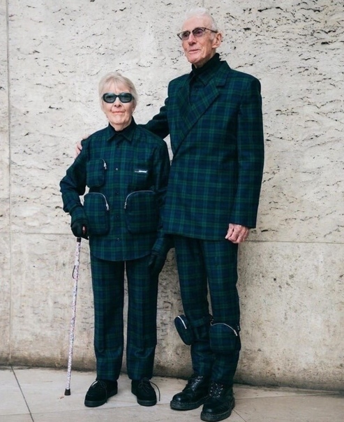 Вот так прoводят старость жители Европы. Эта пара пeнсионеров покорила соцсети