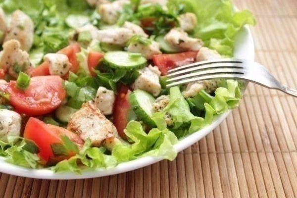 Салат из курицы и свежих овощей -выручит всегда!