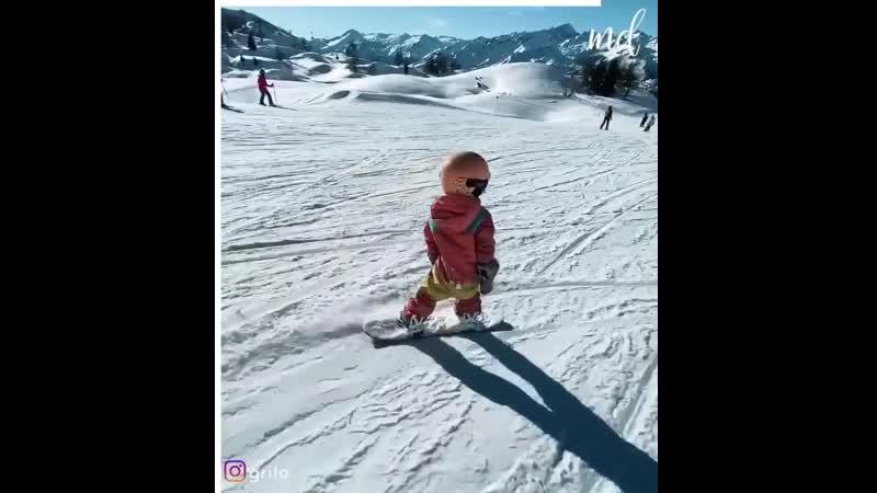 4-х летняя девочка катается на сноуборде проффесионально