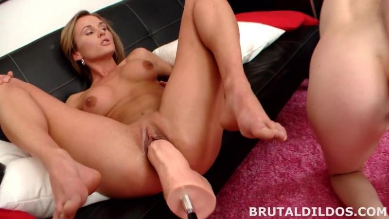 BrutalDildos Lesbian Anal Play Лесбиянки разрабатывают попки и киски огромными д