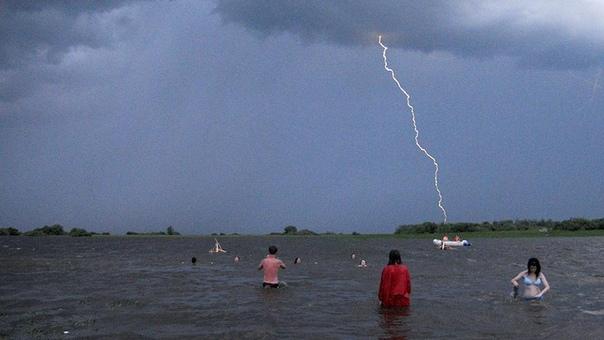 Женщина погибла от удара молнией в золотую цепочку во время купания в озере. По сообщениям СМИ, молния в Челябинской области убила жительницу местного села Еткуль, когда та купалась в озере во
