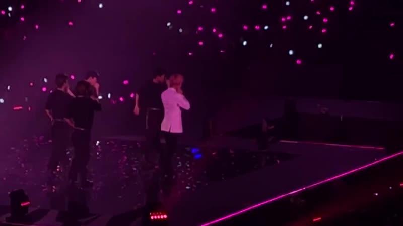 EXplOrationinHongKong cr.ShrimpBaek - - UN Village - 오늘은 남자백댄서들과 함께 롤링롤링 - 백현 BAEKHYUN EXO