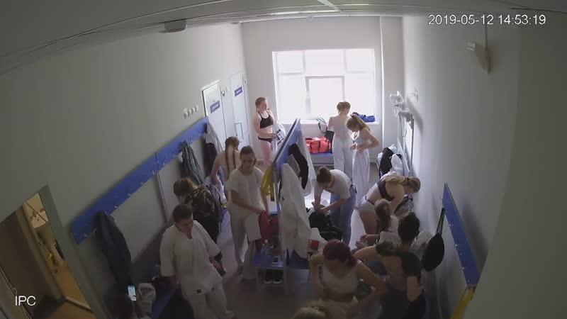 Толпа школьниц переодевается после занятий голые школьницы без одежды ходят в переодевалке нагишом застветили сиськи
