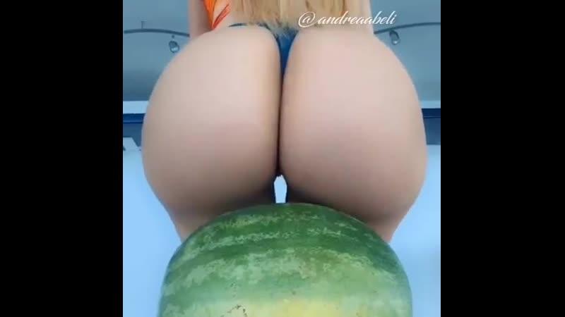 Девушка давит арбуз ягодицами