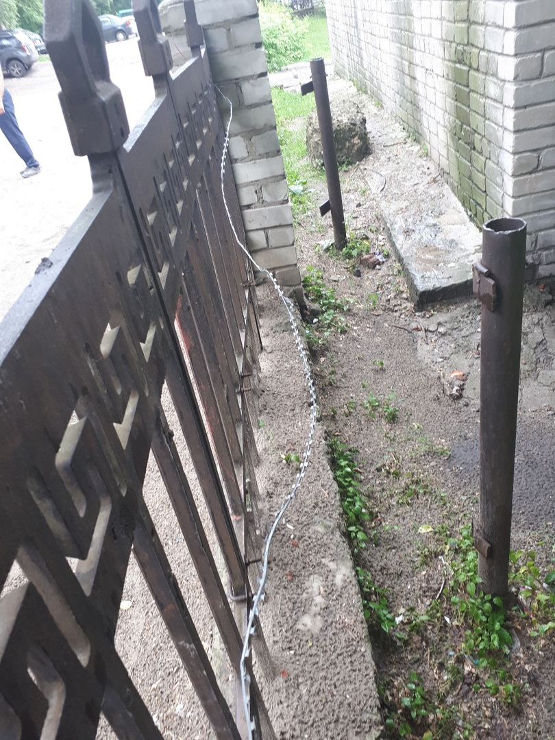В Курске забор детского сада обнесли колючей проволокой. Поранился ребёнок