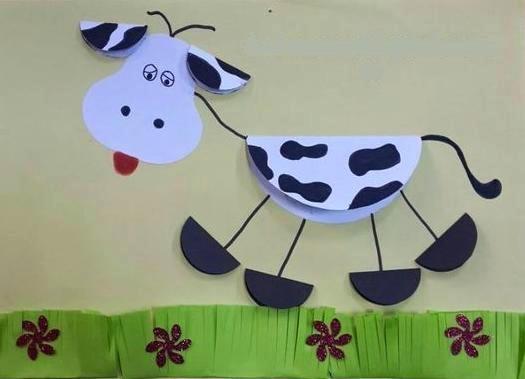 Аппликация корова из бумаги Такую забавную аппликацию коровы можно сделать с детьми 5-6 лет, используя бумажные круги разного размера.Вырезаем из белой бумаги один большой круг для тела коровы и
