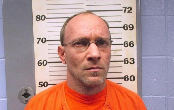В чаще леса охотник наткнулся на домик педофила В феврале 2016 года американец Иеремия Баттон, которого обвинили в педофилии, сбежал, будучи отпущенным под залог в 25 000 долларов. И вот спустя