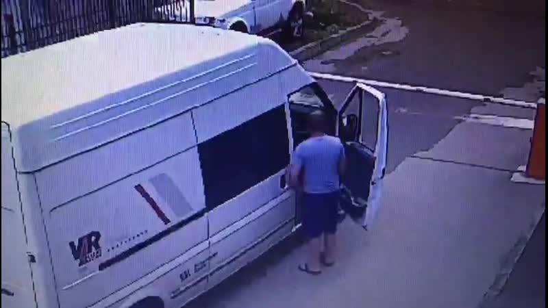 Водитель устал ждать, пока шлагбаум откроют и сломал его. Ул. Цезаря Куникова, 35.