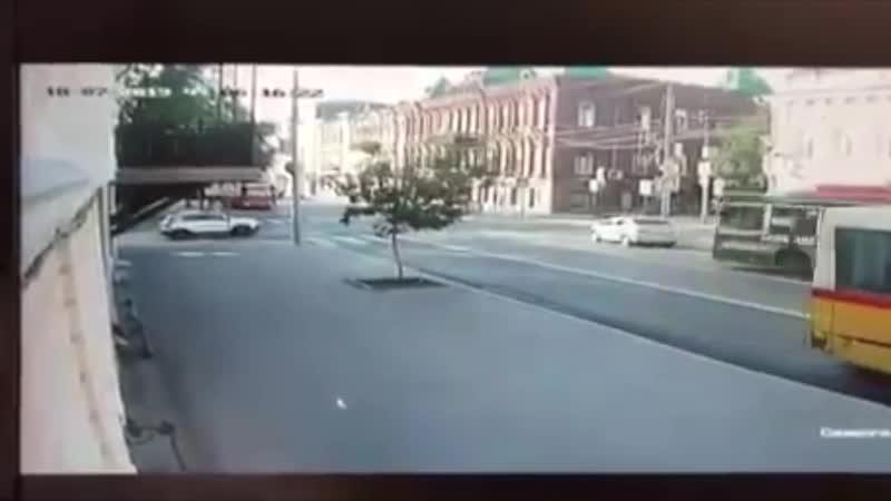 Сбивает пешехода