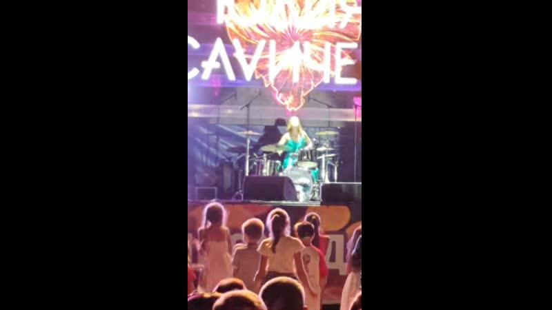 Юлия Савичева играет на барабанах (Шахты, 25.08.2019 г., площадь им. Ленина. День города)