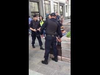 Московская полиция задержала пожилую женщину, которая спокойно сидела на лавочке NR
