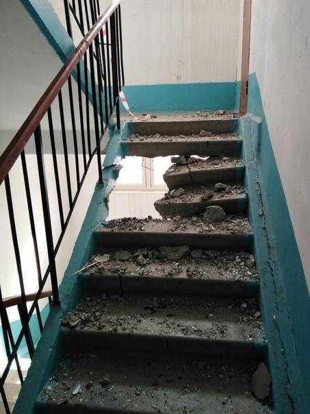 Рабочие на Урале хотели заменить двигатель лифта и случайно уронили его, тем самым разрушив три лестничных пролета P.S. Не знаю как вам, а мне (админу) подобное в кошмарах кучу раз