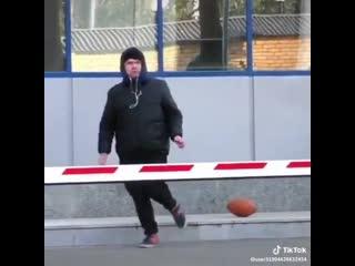 Первое правило: никогда не бери мяч из рук незнакомца