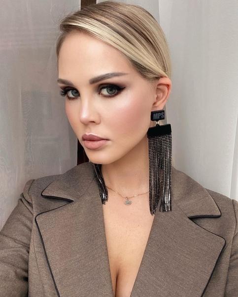 Мария Погребняк славится в instagram своими стильными укладками и макияжами.