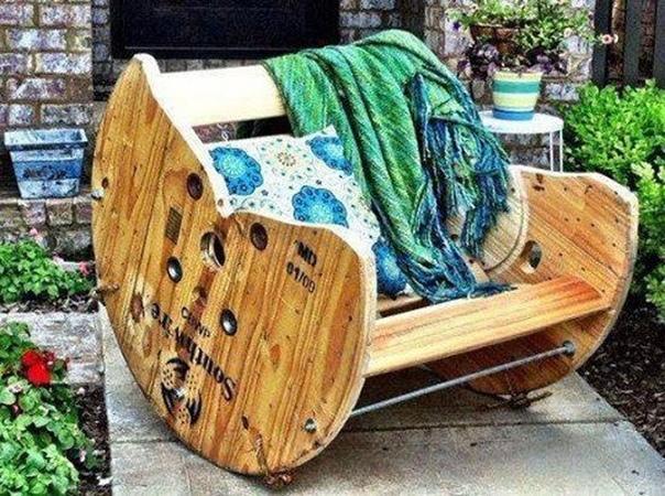 Кресло из катушки для проводов.