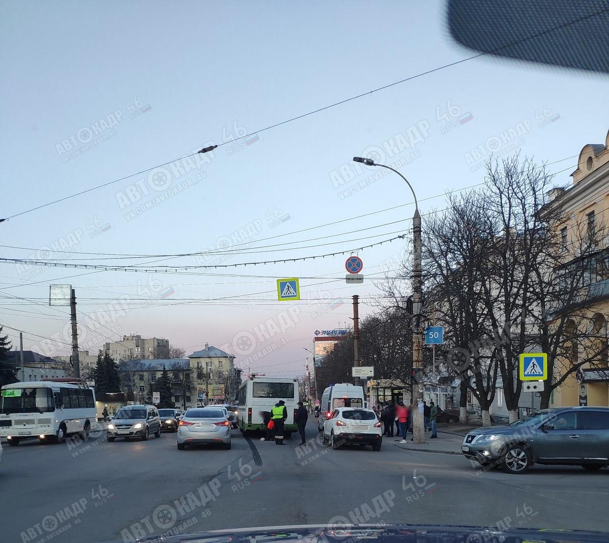 В центре Курска автобус сбил 11-летнюю школьницу