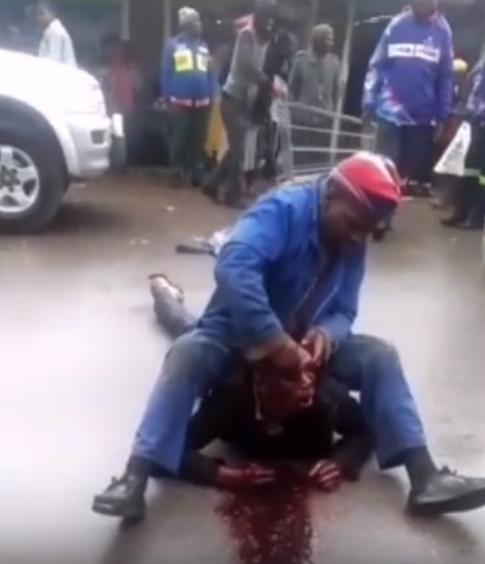 Давно не было Африки, там без изменений. Жестокая драка в Мозамбике. Двое изрядно подпитых мужчин не поделили очередь на местном рынке за продовольствием. Между ними началась драка, в результате