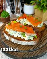 id_56940 Салатные бутерброды — идеально для застолья 👍🏻😋  Ингредиенты:  Хлеб — 3 ломтика Яйцо — 2 шт. Огурец — 110 г Сметана — 60 г Горчица — 1 ч. л. Рыба с/с — 100 г Соль — по вкусу Специи (смесь перцев) — по вкусу Зелень — по вкусу  Автор: pp_foodpro_  #gif@bon