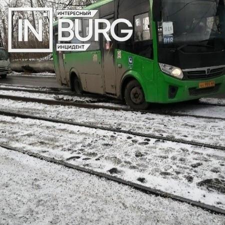 На Вторчермете застрявший на путях автобус перекры...