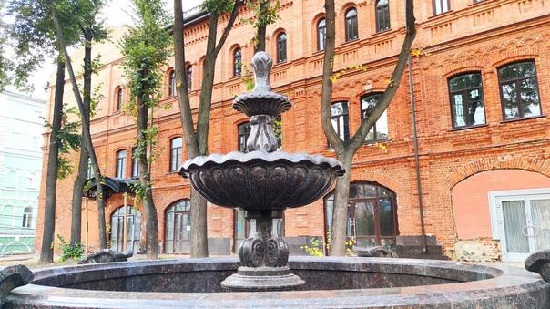 Около реконструированного здания Скобы на Рождественской,...