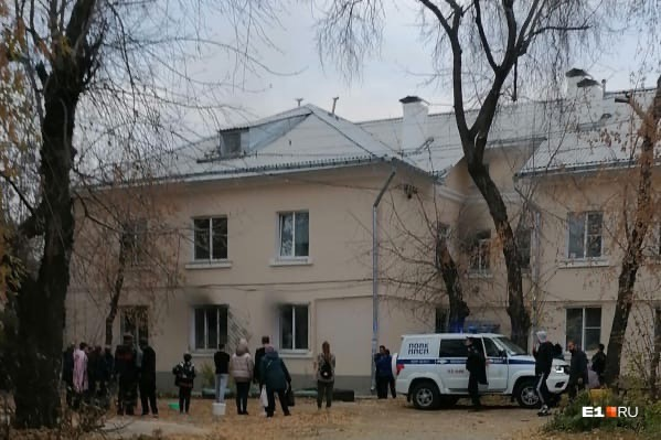 В Екатеринбурге полицейские вытащили людей из горя...