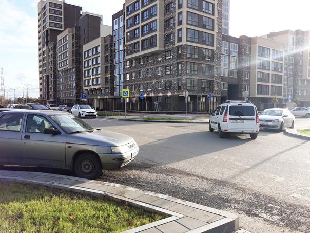 В Солнечном полностью запретили парковку на улице ...