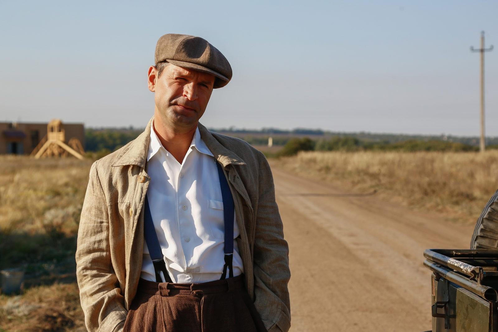 Премьера сериала Игоря Копылова «Бомба», где главные роли исполнили Евгений Ткачук, Виктор Добронравов и Евгения Брик, состоится 9 ноября на «России-1», сообщает пресс-служба телеканала.