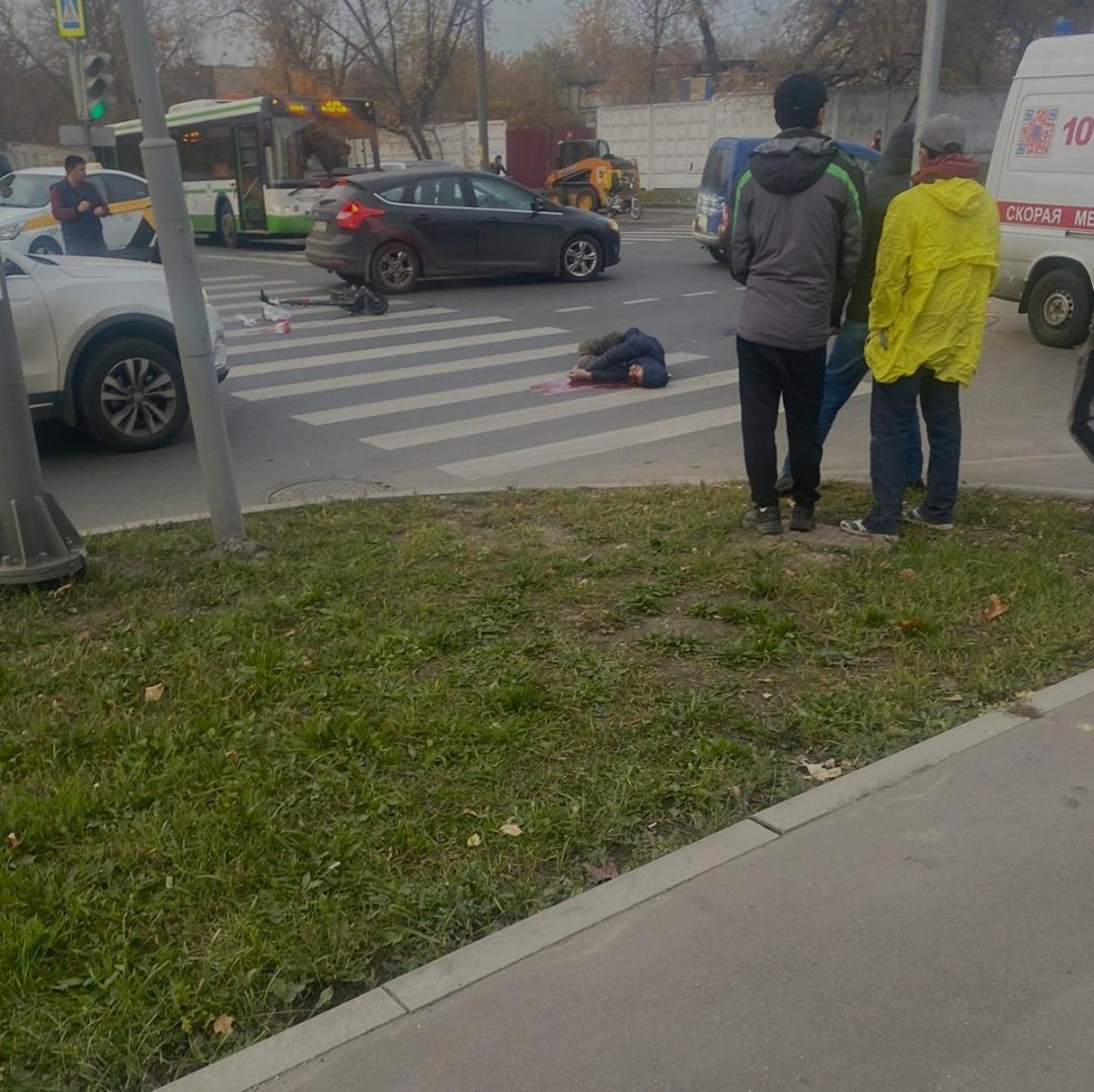 На западе столицы пожилая женщина получила травмы несовместимые с жизнью в результате наезда автомобиля при движении задним ходом.
