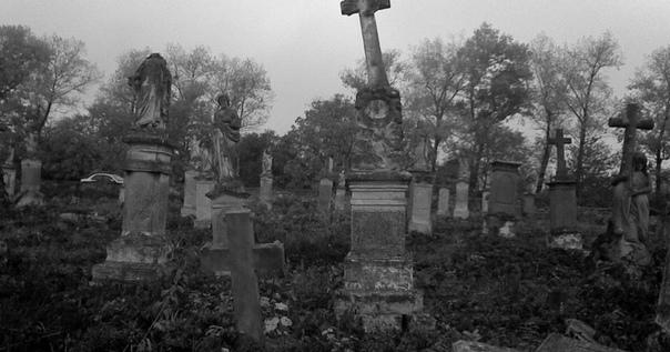 Москвичка покончила с собой на семейной могиле 24 июня женщина покончила с собой на семейной могиле в Москве. Вероятно, она не смогла пережить утрату близких.Как стало известно РЕН ТВ, тело было